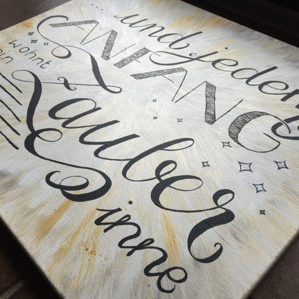 Hand Lettering auf Leinwand: Und jedem Anfang wohnt ein Zauber inne