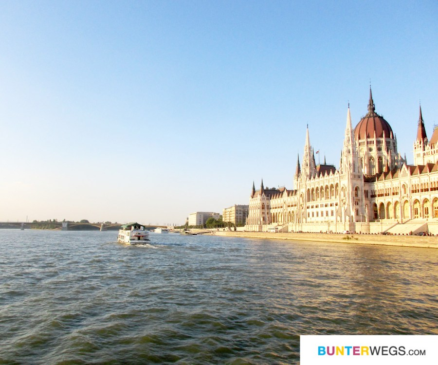 Mit der Fähre D 12 oder 13 auf der Donau entlang * BUNTERwegs. Der Outdoor Blog für Frauen mit Liebe zum Wandern und zur Street Art