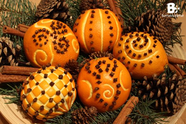 Weihnachtliche Orangen mit Nelken gespickt