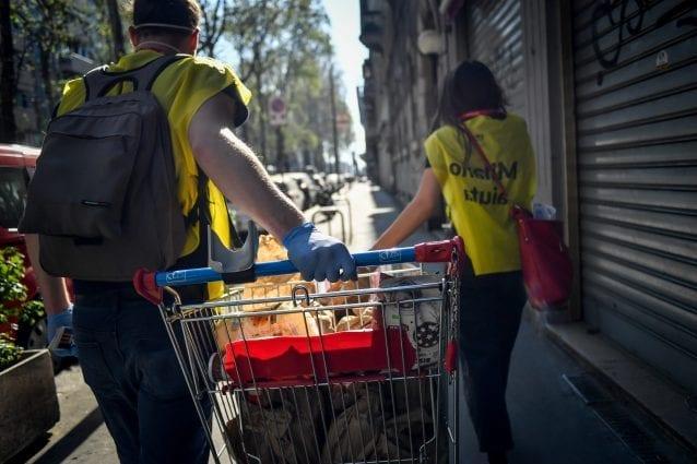Milano, tornano a casa dopo aver fatto volontariato per i senzatetto: ragazzi multati per assembramento
