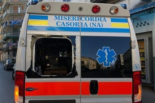 Ambulanza presa a sassate a Casoria: faceva i tamponi a casa per il Covid-19
