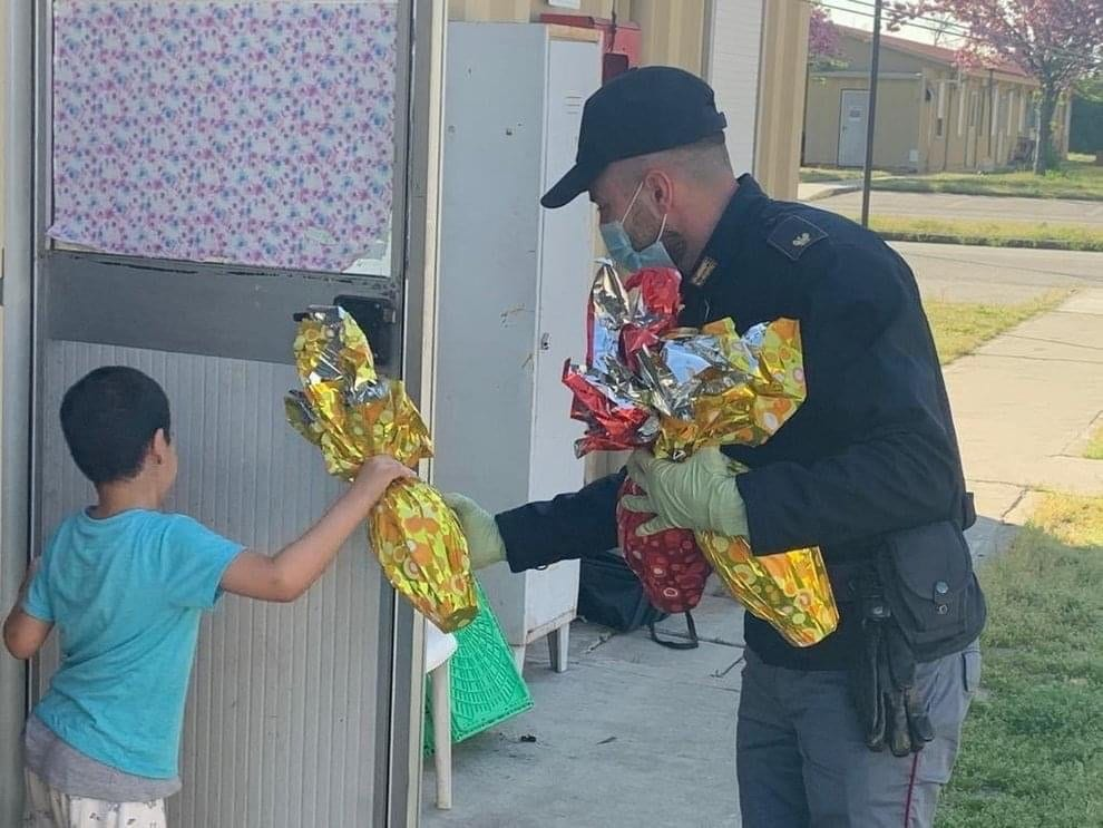 Covid 19 a Isernia, mamma chiama 113: «Non ho soldi per uova di Pasqua». La polizia porta il dono ai tre bambini