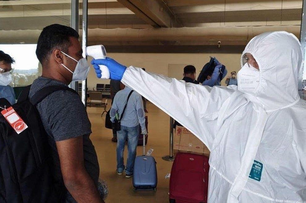 ++ULTIM'ORA EMERGENZA++ Coronavirus, ipotesi tamponi falsi dal Bangladesh: «36 euro per partire con la febbre». Caccia a 600 positivi introvabili