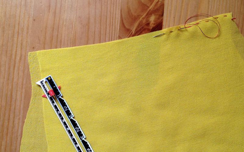 Как избежать смещения при смётывании деталей из шёлка