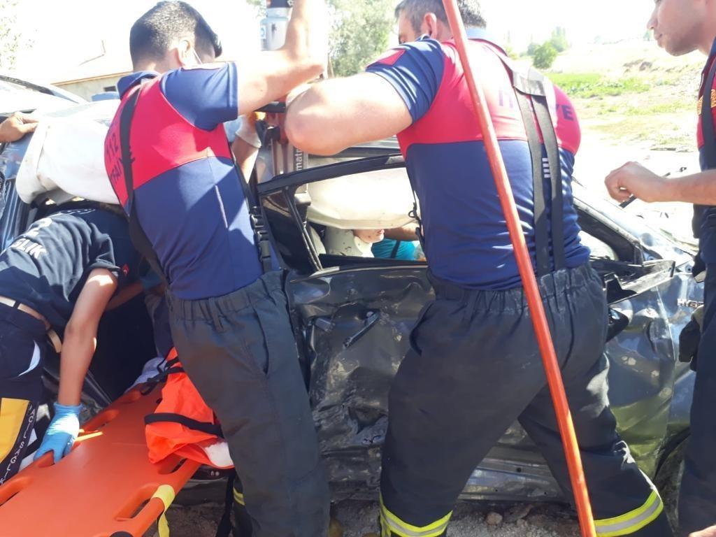 Kaza sonrası araçta sıkışanlar ekipler tarafından kurtarıldı