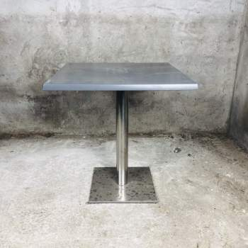 Stoere zware tafel 60x60 met stalen rvs kolompoot