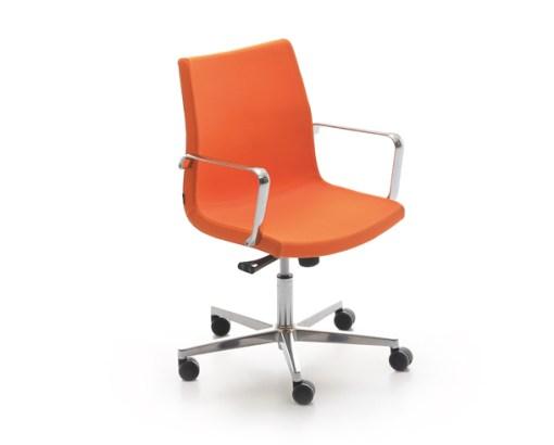 Sumo Chair met kruisvoet, hoogte verstelbaar dmv gasveer met armleggers stof orange. Bureaustoelen MKB