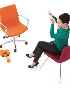 Sumo Chair met kruisvoet, hoogte verstelbaar dmv gasveer met armleggers stof oranje . Bureaustoelen MKB