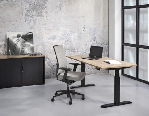 Zit sta bureau Office elektrisch verstelbaar met zwart frame en robson eiken blad. Bureaustoelen MKB