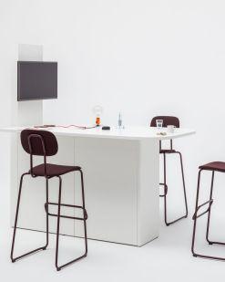 Media-Desk, geheel wit inclusief aansluitingen en berging en barstoelen. Bureaustoelen MKB