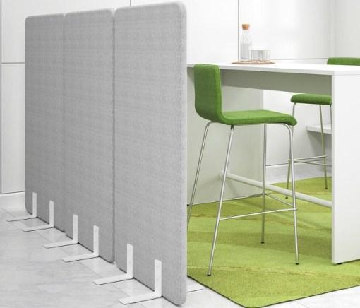Free stand in grijze stof met bartafel. Bureaustoelen MKB