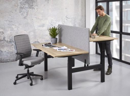 Office duo zit sta bureau, zwart frame en halifax blad met scherm. Bureaustoelen MKB