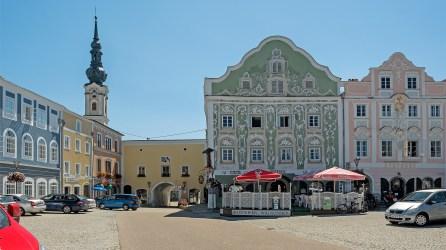 Marktplatz Obernberg mit seinen Stuck-verzierten Häusern
