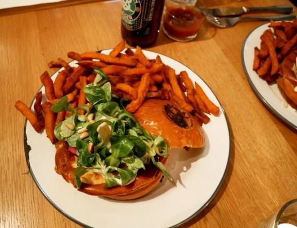 burger végétarien avec frites de patates douces