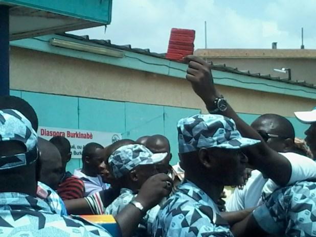 20150309 114037 Auguste Denise Barry, le ministre Burkinabé de l'administration du territoire et de la décentralisation dans le gouvernement Zida, échappe à un lynchage au consulat du Burkina Faso à Abidjan