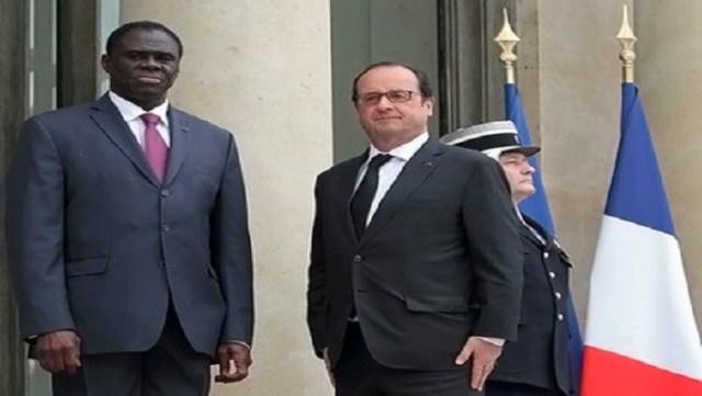 Le président Michel Kafando accueilli par François Hollande lors d'une visite à l'Elysée