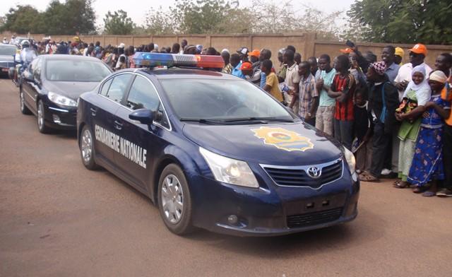 Arrivée d'une délégation officielle sous bonne escorte de la gendarmerie