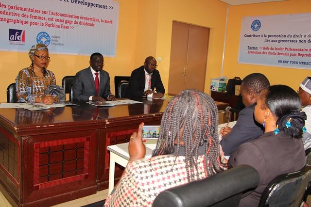 Le présidium de la rencontre, au milieu, le 1er vice-président Bénéwendé Sankara