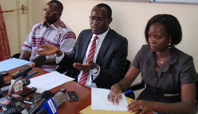 Le présidium de la conférence de presse, de gauche à droite, Hervé Daboné, vice-président de la SBDC ; Professeur Abdoulaye Soma, président de la SBDC et du comité d'organisation du colloque ; et Marie Charles Dorcas Sanou, présidente de la commission secrétariat