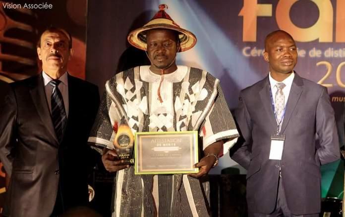 Le Grand gagnant des FAMA 2016, Télesphore Bationo, encadré par le promoteur des FAMA Youssef Ouédraogo et le parrain, l'ambassadeur du Maroc, Farhat Bouazza