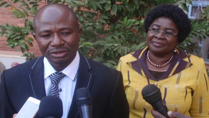 Dibi Millogo, président du comité d'organisation des TEA 2016, au sortir de la conférence de presse. A ses côtés, la présidente du jury, le Pr Mamounata Belem