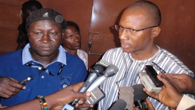 Le réalisateur Adama Roamba (Chapeau) et le DGA de Cimfaso Eric Ouédraogo, se prêtant aux questions des journalistes à l'issue de la projection