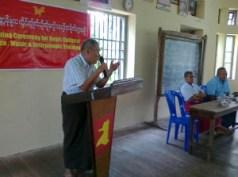 မွန်အမျိုးသား ဒီမိုကရေစီ အဖွဲ့ ဒု-ဥက္ကဌ နိုင်ငွေသိမ်း မွန်ရိုးရာ ဆို က တီး သင်တန်းတွင် သင်တန်းသားများကို အမှာစကား ပြောကြားစဉ် ( ဓာတ်ပုံ - လွတ်လပ်သော မွန်သတင်းအေဂျင်စီ )