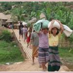 ဘန့်ဒုံယန်း ဒုက္ခသည် စခန်းအတွင်း စားနပ်ရိက္ခာများ သယ်ဆောင်လာသော ဒုက္ခသည် အမျိုးသမီးများ (ဓါတ်ပုံ -UNHCR / K. McKinsey / 2 May 2007)