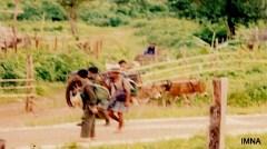 ပေါ်တာအဖြစ်အဖမ်းခံရသည့် ရွာသားများအတူ စစ်အစိုးရတပ်များ ချီတက်နေစဉ်