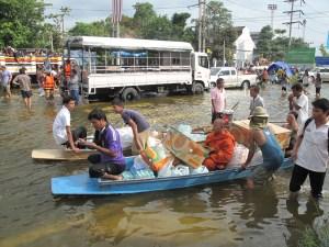 ရေဘေးသင့်မြန်မာအလုပ်သမားများအား အကူအညီပေးနေသူများ