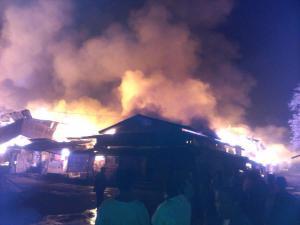 သံဖြူဇရပ်မြို့ ဈေးကြီးမီးလောင်ခဲ့စဉ် မြင်ကွင်း(ဗညားထောလေး) facebook
