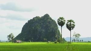 ကျိုက်မရောမြို့နယ် နိတုံရွာအနီးရှိ ဒေဘယ်ကျောက်တောင်(photo-hv-986)