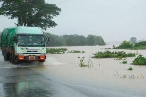 မွန်ပြည်နယ်အဝေးပြေးလမ်းမကြီးရေလွှမ်းခဲ့ပုံ(Facebook)