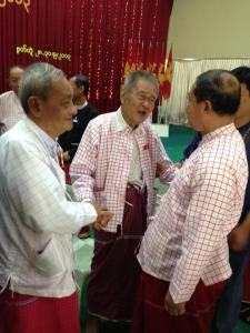 မွန်နှစ်ပါတီဥက္ကဌများနှင့် မွန်ပြည်နယ်ဝန်ကြီးချုပ်တို့ မွန်မျိုးသားကွန်ဖရင့်တွင်တွေ့ဆုံနှုတ်ဆက်နေကြစဉ်