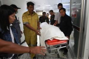 ပစ်သတ်ခံထိုင်းအတိုက်အခံခေါင်းဆောင်အား ဆေးရုံသို့ပို့စဉ်(Bangkok Post)