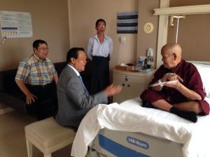 ကျောက်တစ်လုံးဆရာတော်အား ဘန်ကောက်ဆေးရုံတွင် ဆေးကုသခံနေစဉ်(Facebook)