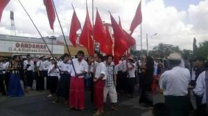 ကျောင်းသားများရန်ကုန်မြို့တော်ခန်းမတွင်ဆန္ဒပြနေပုံ(Facebook)