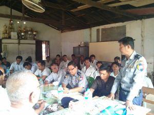 ရေးမြို့ခံများနှင့် ရဲမှူးမြင့်သော် တွေ့ရစဉ်(IMNA)