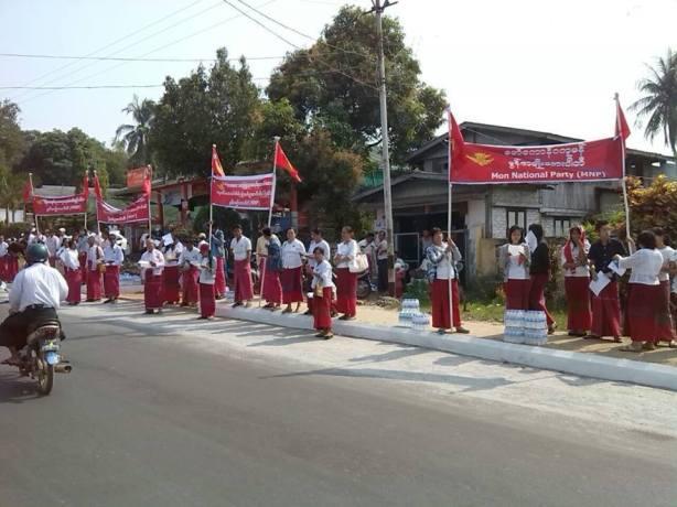 သပိတ်ကျောင်းသားများကို မွန်အမျိုးသားပါတီမှ ကြိုဆိုနေပုံ (ဓါတ်ပုံ - MNP)