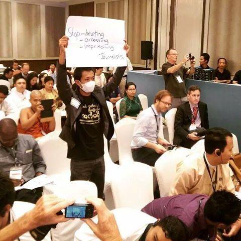 Caption-သတင်းထောက် စိုးရာဇာထွန်း ဆန္ဒပြနေစဉ်(Facebook)နိုင်ငံတကာ မီဒီယာညီလာခံတွင် ဆန္ဒပြခဲ့သူ သတင်းထောက်