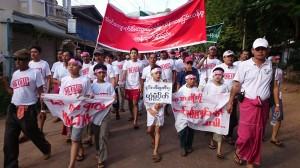ကျောက်မီးသွေးဓာတ်အားပေးစက်ရုံအား ရေးဒေသခံများကန့်ကွက်ဆန္ဒပြခဲ့စဉ်(AK)