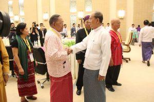 သမ္မတနှင့် NMSP ဥက္ကဌနိုင်ထောမွန် ရင်းနှီးပွင့်လင်းစွာလက်ဆွဲနှုတ်ဆက်နေစဉ်(MPC)
