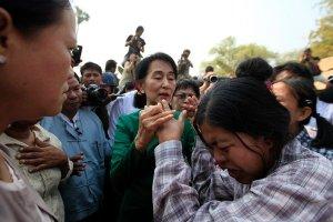 ဒေါ်အောင်ဆန်းစုကြည် မြန်မာပြည်အလယ်ပိုင်းရောက်ခဲ့စဉ် ဒေသခံများနှင့်တွေ့မြင်ရပုံ(Credit-Soe Zeya Tun/Reuters)