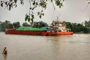 ကျောက်မီးသွေးများကို သင်္ဘောဖြင့် တင်ပို့နေစဉ် (မင်းအာနွန်)