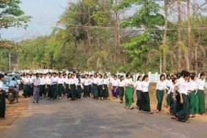 ဓါတ်ပုံ - တက္ကသိုလ်ဝင်တန်းကျောင်းသား၊ ကျောင်းသူများ (မွန်ထော)