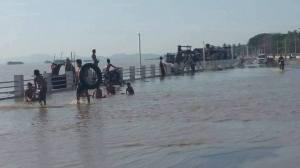 မော်လမြိုင်ကမ်းနားလမ်းအသစ်ဖောက်လုပ်သည့်နေရာ ရေလွှမ်း