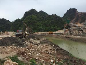 Caption- MCL ဘိလပ်မြေစက်ရုံက ပျားတောင်၌ တူးဖော်နေပုံ(MNA)