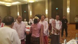 UPDJC ဥက္ကဌက အဖွဲ့ဝင်မွန်နိုင်ငံရေးပါတီများအား နှုတ်ဆက်နေစဉ်(Facebook)