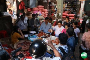 မော်လမြိုင်ဈေးကြီးတွင် ငရုပ်သီးမှုန့်များကိုစစ်ဆေး သိမ်းဆည်းနေစဉ်(RFA)