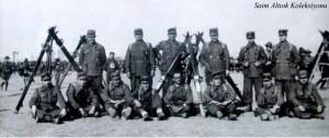 Cumhuriyetin 10'uncu yılında Ankara'daki Geçit Törenine katılan Bursa'lı kayakçılar- Ayaktakilerden sağ baştaki İ.Celal Antel,oturanlardan soldan üçüncü Saim Altıok